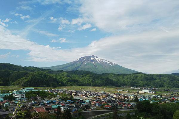 西目屋村から望む岩木山